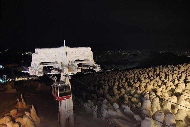 Juhyo dapat terlihat menutupi seluruh lereng di bagian barat Jizosan, ketinggian 1.736 meter.