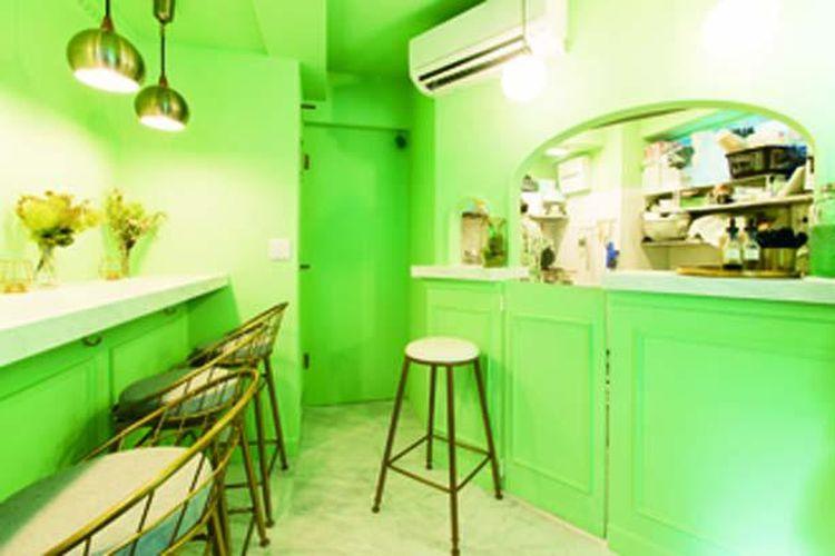 Sesuai dengan citranya, interior kedai diwarnai hijau menyala