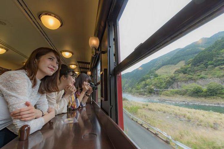 Pemandangan dari jendela, ketika Garis Hisatsu membentang di sepanjang Sungai Kuma, sungguh menakjubkan.