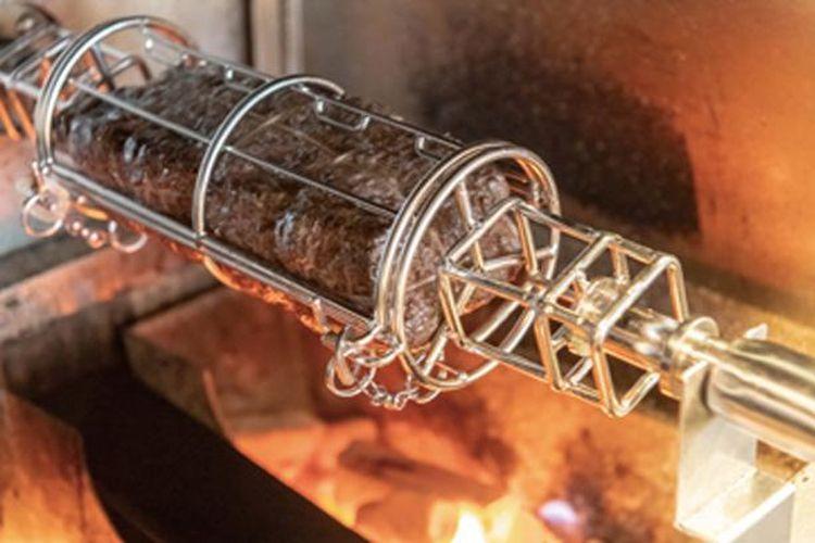 D-Jira Roaster memutar daging sehingga setiap bagian dipanggang secara merata