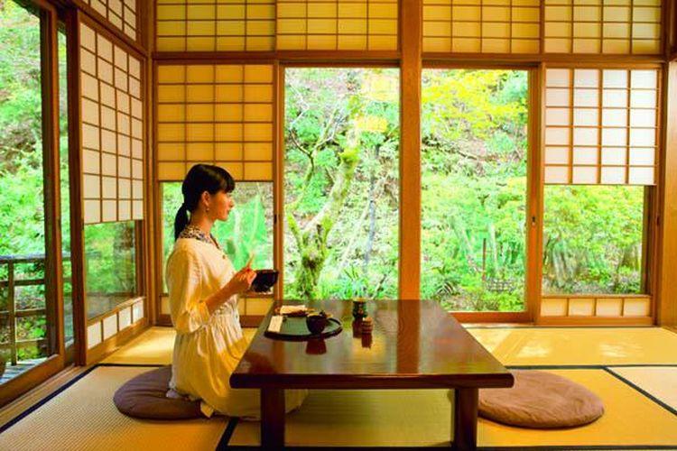 Pengunjung dapat menikmati makan siang di ruangan bergaya Jepang dengan pemandangan yang menyegarkan.