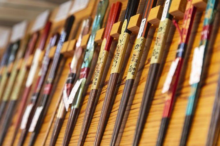 Terdapat beragam desain sumpit di toko tersebut.