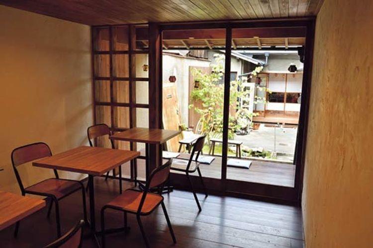 Berlokasi di area pemukiman yang tenang di jalan Hanayamachi yang memanjang dari timur ke barat. Kamu bisa melihat halaman dari jendela yang terbuka dan bersantai.