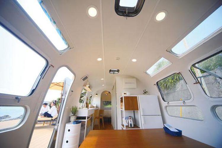 Trailer house memiliki dapur dengan kulkas membuat pengalaman singgah semakin nyaman.