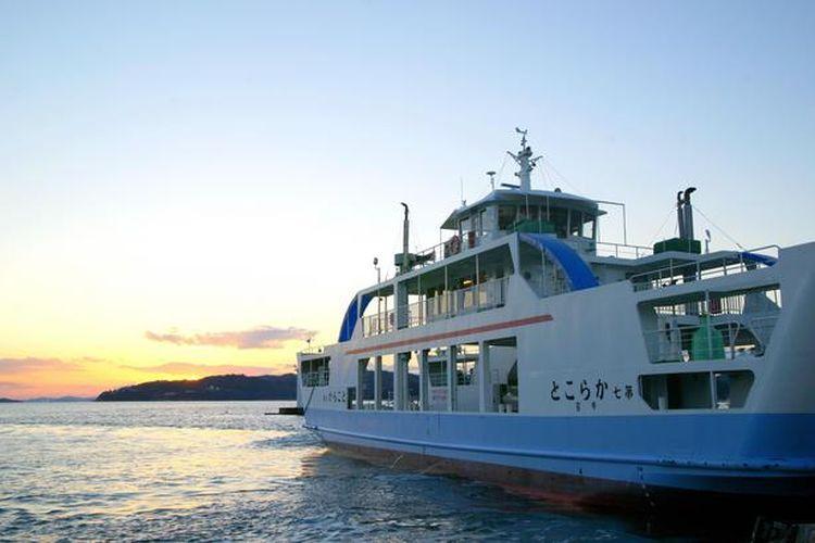 Pulau dapat dijangkau dengan perjalanan menggunakan kapal feri selama lima menit dari Ushimado.