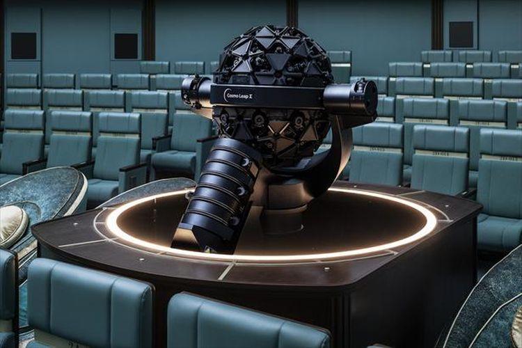 Proyektor terbaru Konica Minolta, Cosmo Leap Sigma, berada di area Galactic Seat untuk satu orang.