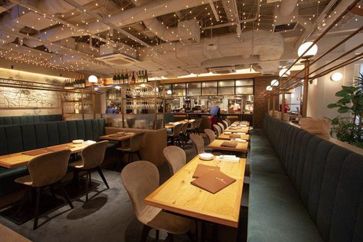 Interior putih dan coklat restoran menciptakan suasana yang tenang dan cantik.