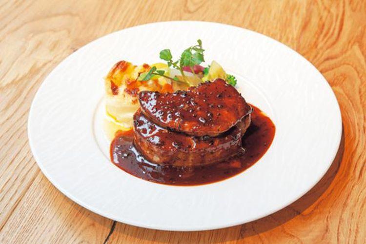 Saus Steak Truffle Tenderloin Prancis klasik, dengan Rossini Style seharga 2.678 yen, disiapkan oleh kepala koki.