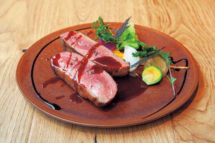 Fillet bebek dengan saus framboise panggang dan sayuran kukus dengan harga 1.922 yen ini terdiri dari 300 gram daging bebek yang dipanggang pada suhu rendah.