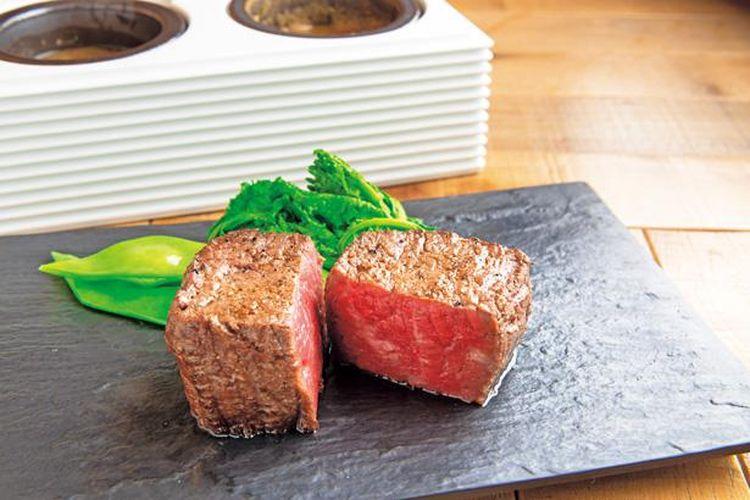 Steak Kuroge Wagyu Akami yang dipanggang dengan arang seharga 3.564 yen per 200 gram.