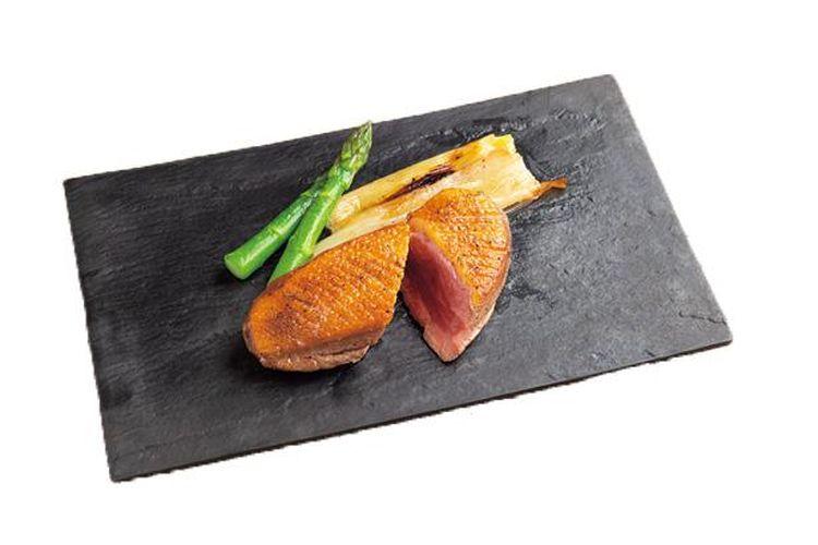 Saus lada Jepang berwarna oranye dan hijau adalah aksen yang sempurna untuk hidangan Charcoal Grilled Duck dengan harga 3.132 yen.
