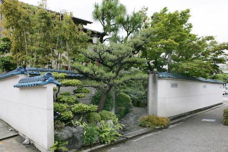 Atsuta Houraiken didirikan pada tahun 1873 dan muncul di Tokaidochu Hizakurige, sebuah novel picaresque yang terkenal.