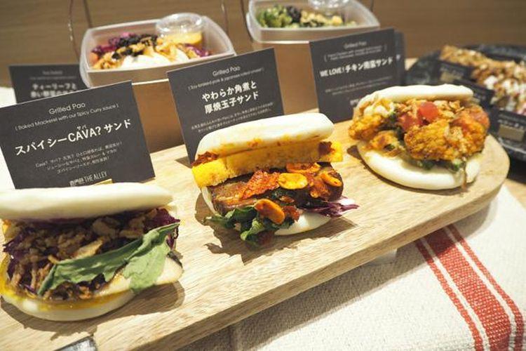 Sandwich, yang masing-masing dijual dengan harga 561 yen, memiliki begitu banyak bahan di dalamnya. Pembeli dapat memilih dari dua jenis roti yang berbeda.