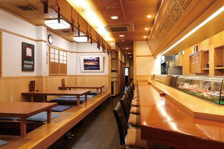 Terdapat konter luas dan kursi meja kecil bergaya Jepang terpisah di lantai pertama dan ruangan bergaya Jepang di lantai dua.