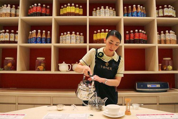 Seorang spesialis teh hitam akan menunjukkan cara terbaik untuk menyiapkan teh dan mengajarkan Anda teknik mencicipi.