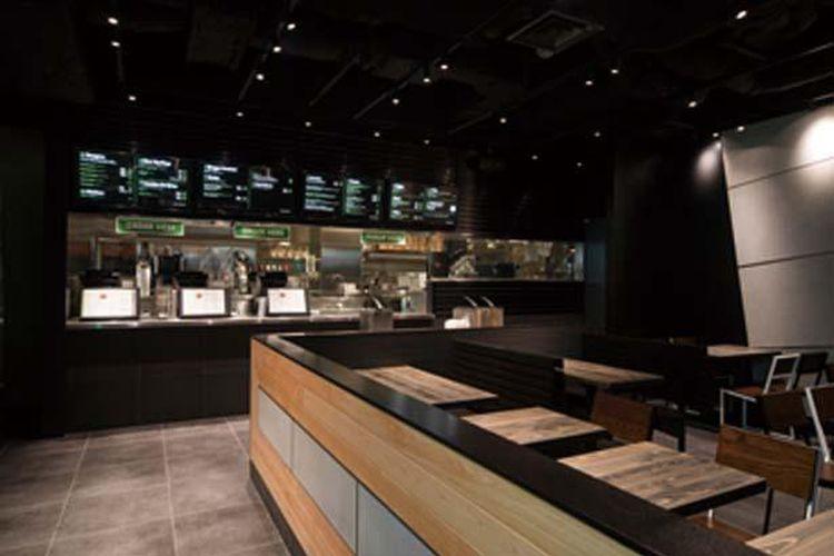 Ruangan restoran yang santai memiliki desain kontemporer dengan sentuhan hinoki (cemara Jepang).