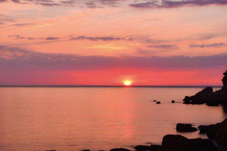 Matahari terbenam di Yuhigaura yang mewarnai langit dengan warna merah muda cerah ini membentuk pemandangan yang seolah-olah keluar langsung dari negeri dongeng.