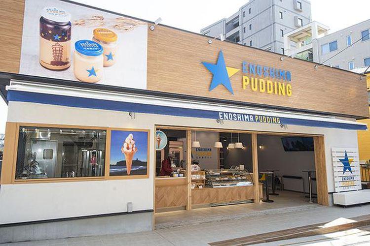 Enoshima Pudding terletak di sepanjang Jalan Subana yang membentang dari Stasiun Kereta Api Listrik Enoshima ke Jembatan Enoshima.