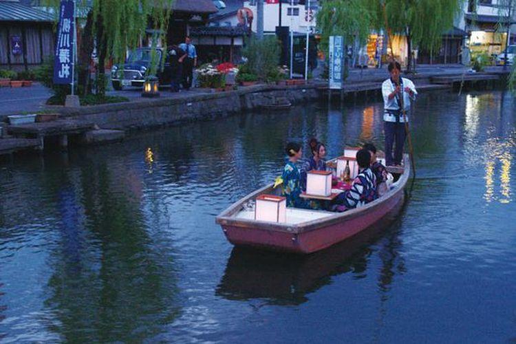 Pelayaran dimulai pada sore hari dan berakhir saat matahari terbenam.