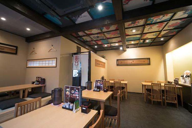 Restoran ini memiliki interior bergaya Jepang dengan lukisan pada langit-langitnya. Terdapat pula lantai tatami.