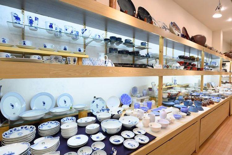 Beragam peralatan makan tradisional Jepang yang sedang dijajarkan.