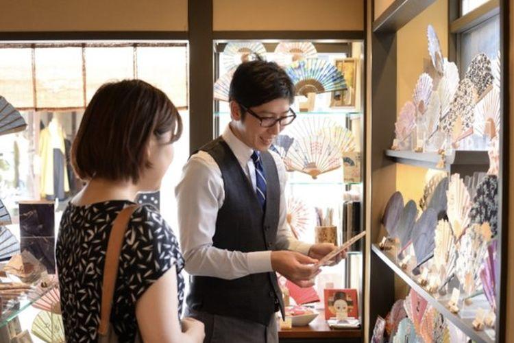 Kenji Ueno salah seorang penjual di sebuah toserba bercerita tentang pesona kipas lipat.