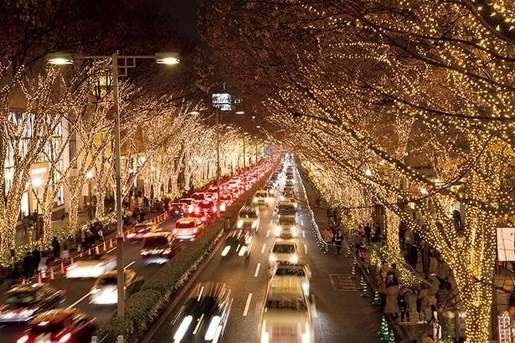 Sembilan ratus ribu lampu menghiasi jajaran pepohonan di luar Stasiun Harajuku