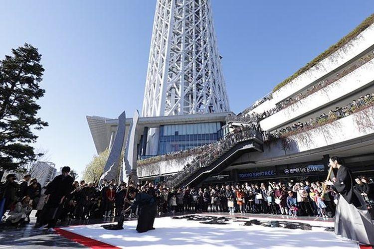 Kamu bisa menyaksikan kaligrafi Jepang di bawah menara tertinggi di dunia! (foto tahun lalu)