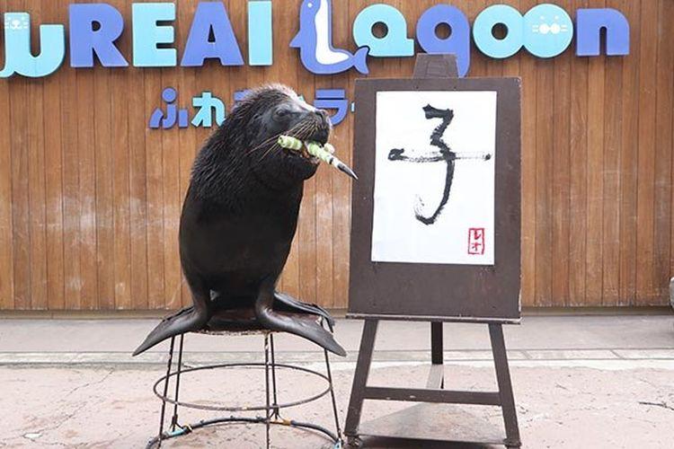 Seekor Otaria akan menulis huruf kanji hewan tahun ini!