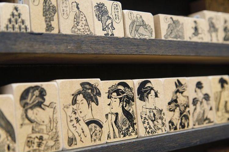 Foto menampilkan Seri Stempel Kyou ufufu. Desain stempel termasuk stempel geisha, pedagang, seri shogun yang menampilkan Oda Nobunaga, dan seri gaya barat juga ada.