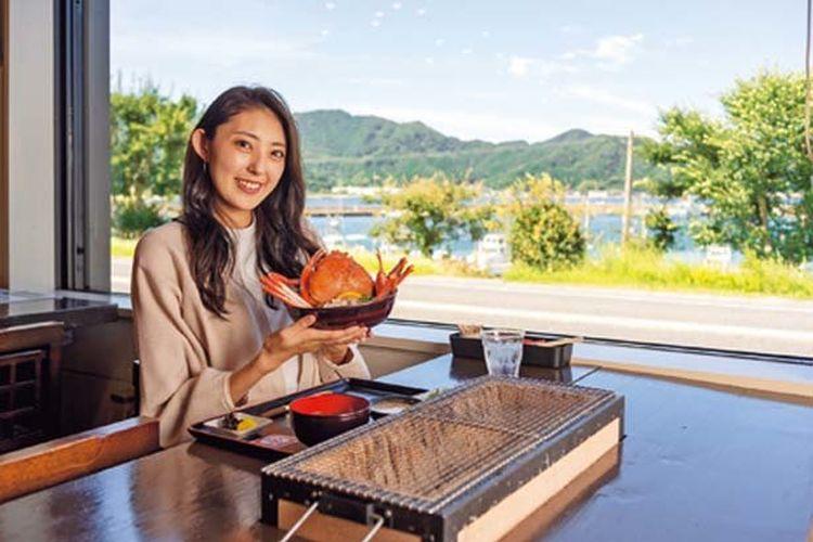 Perapian menawarkan sebuah pemandangan pelabuhan perikanan Kasumi. Kasumi Crab Char-grill (¥5,500) juga tersedia.