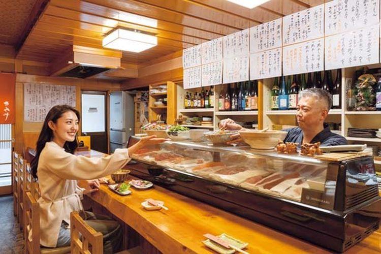 Toko ini memiliki tempat duduk tinggi di sekitar counter. Kamu bisa berbincang-bincang dengan pemiliki dari Kinosaki / Bishoku Yuraku Tomiya