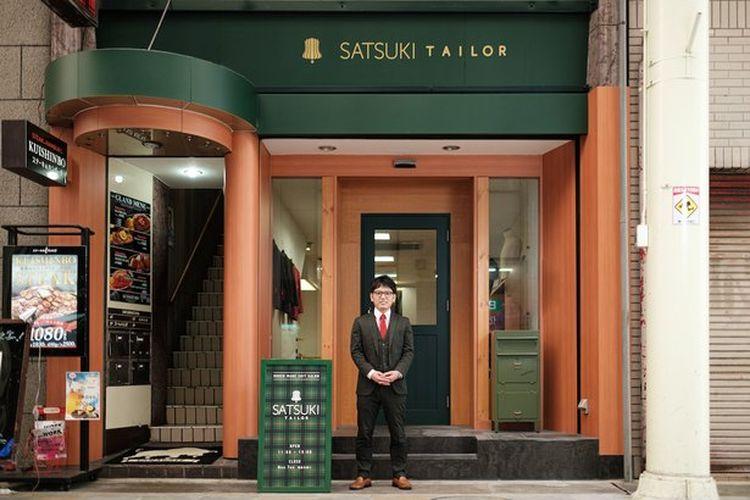 Sang pemilik, Takuro Mizuno, berdiri di depan Satsuki Taylor.
