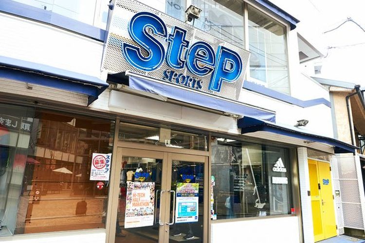 SteP SPORTS di Osaka membuka pusat sepatu lari Adidas di lantai tiganya.