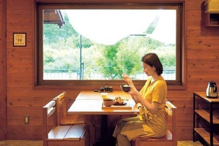 Nikmati pengalaman makan kamu dalam ruangan yang terbungkus kehangatan kayu. Apalagi, aroma nasi yang masak semakin menambah nafsu makan kamu.