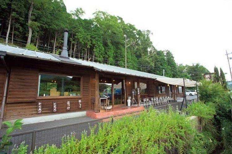 Pertokoan sepanjang Rute 307 dikelilingi oleh keindahan alam Shigaraki.