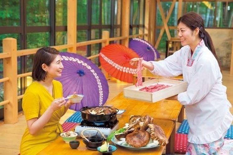 Pelayan akan mempersiapkan panci sukiyaki untuk Anda lengkap dengan daging sapi Omi dan jamur matsutake.