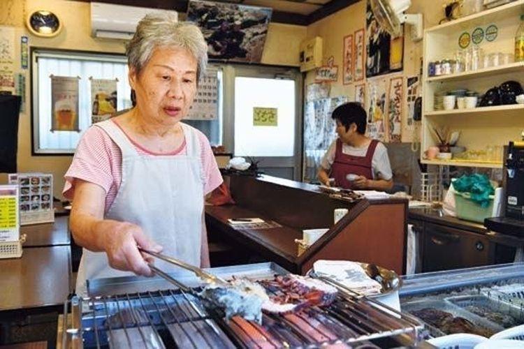 Belajar menangkap dan mengolah hidangan laut dengan mantan ama, Nakamura.