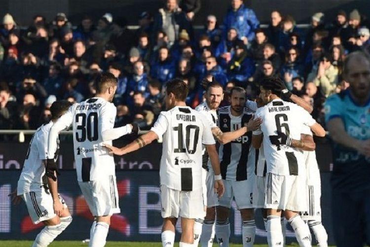 Para pemain Juventus merayakan gol bunuh diri yang dicetak bek Atalanta, Berat Djimsiti, dalam laga Boxing Day Liga Italia, Rabu (26/12/2018) malam.