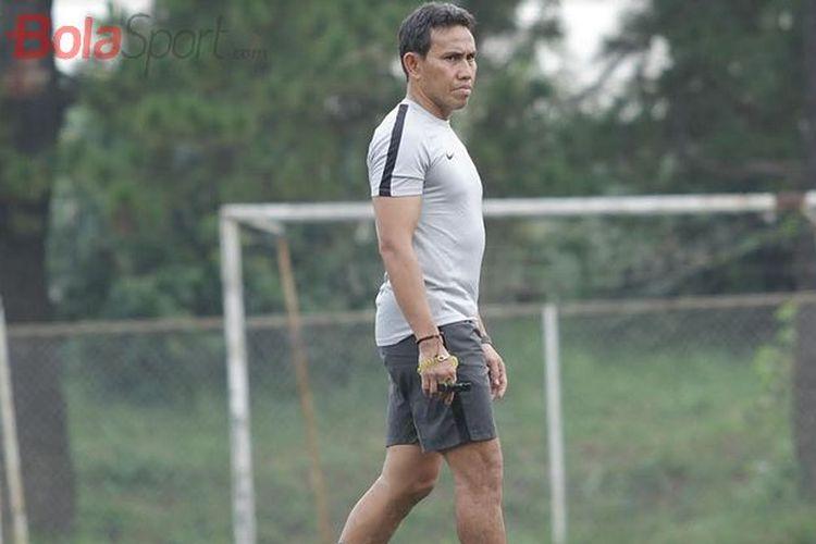 Pelatih Timnas U-15 Indonesia Bima Sakti mengamati latihan pasukannya di National Youth Training Center (NYTC), Sawangan, Depok, Jawa Barat, Senin (13/5/2019), untuk Piala AFF U-16 2019.