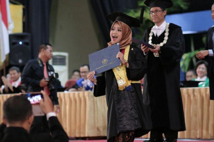 Universitas Gadjah Mada (UGM) mewisuda 1.277 lulusan program sarjana dan diploma, Rabu (22/5/2019) terdiri dari 1.064 lulusan sarjana dan 213 diploma termasuk 31 wisudawan dari program D4.