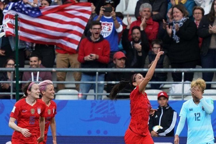 Pemain Amerika Serikat Alex Morgan (tengah) merayakan gol pada pertandingan sepak bola Piala Dunia Wanita 2019 antara Amerika Serikat vs Thailand, 11 Juni 2019, di Stadion Auguste-Delaune di Reims, Perancis.