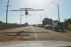 Pesawat Kecil Mendarat Darurat di Jalan Raya Los Angeles