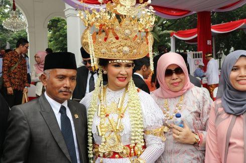 Dandan 3,5 Jam, Istri Menhan Dapat Hadiah Sepeda dari Jokowi