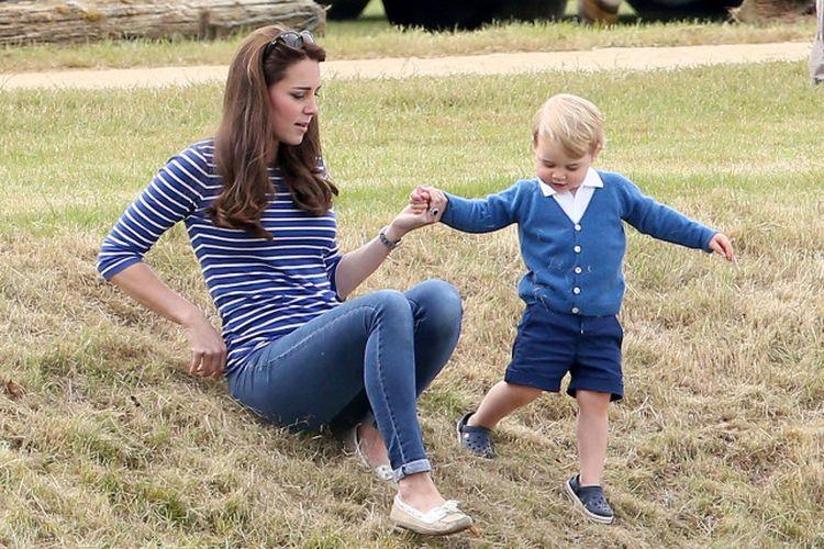 Kate Middleton dengan slip-on suede Sebago seharga Rp 1,3 juta