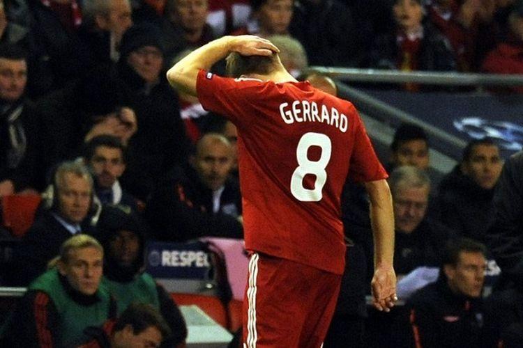 Gelandang Liverpool Steven Gerrard (kiri) berjalan melewati manajer Liverpool asal Spanyol Rafael Benítez saat ia meninggalkan lapangan karena cedera dalam pertandingan Grup E Liga Champions melawan Lyon di Anfield, Liverpool, Inggris, pada 20 Oktober 2009.