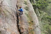 Bercucuran Keringat demi Memanjat Tebing Gunung Bongkok Purwakarta