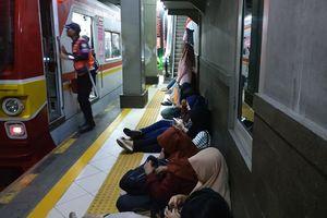 KRL Tujuan Depok Tertahan di Stasiun Sudirman 1 Jam, Penumpang Kebingungan