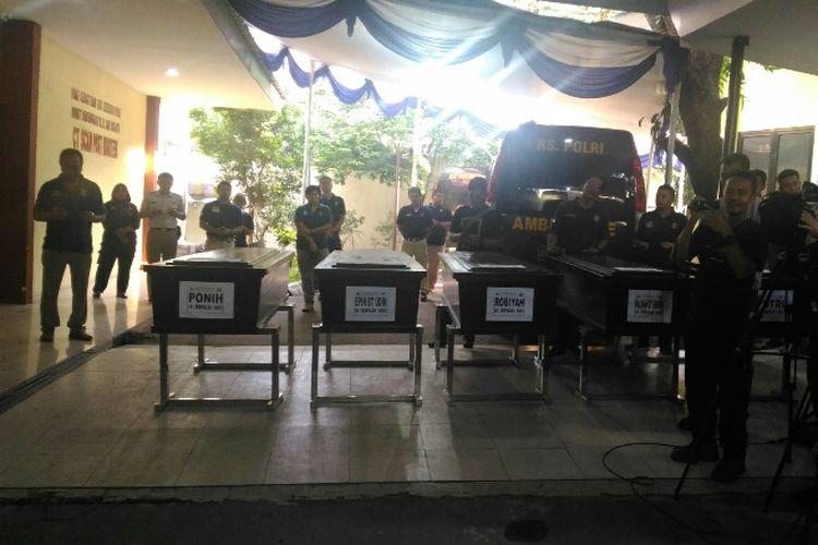 Lima jenazah korban ledakan pabrik mercon dibawa menuju Tangerang dari RS Polri, Senin (30/10/2017) sore.