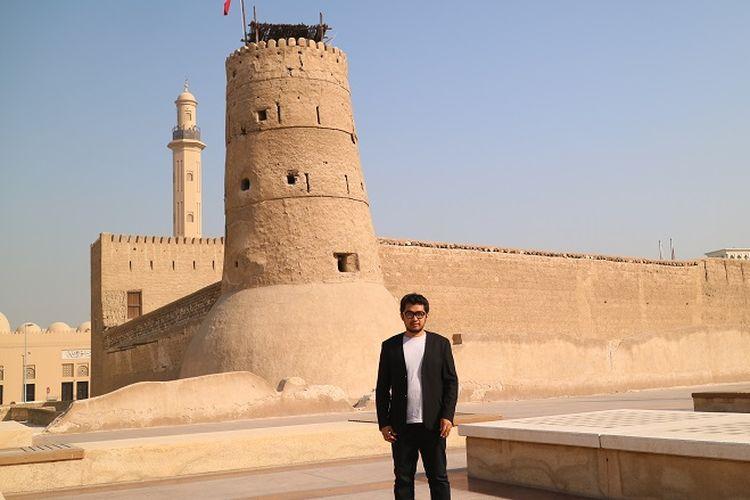 Wisatawan berfoto di depan Dubai Museum, Dubai.